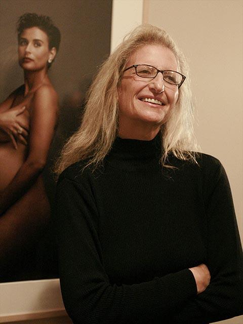 "La fotógrafa estadounidense Annie Leibovitz posando ante el retrato de Demi Moore en su exhbición ""Annie Leibovitz: A Photographer's Life, 1990-2005"" en San Francisco, California."