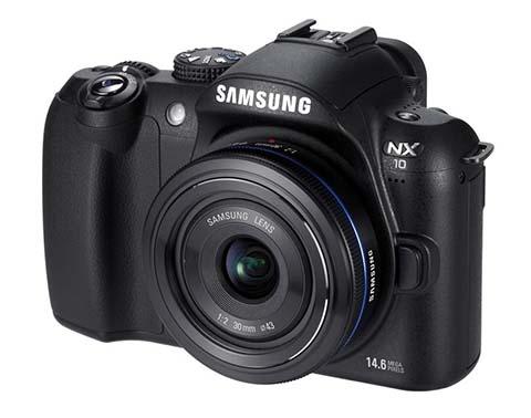 La samsung NX10 fue la primera cámara sin espejo con objetivos intercambiables de la serie NX puesta a la venta por Samsung
