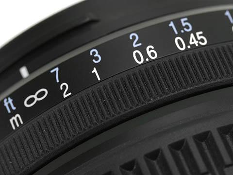 El anillo de enfoque dispone de una escala de distancias en metros y en pies