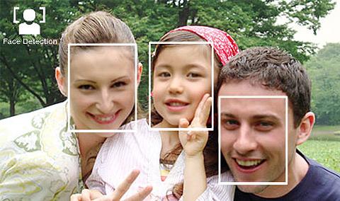 El sistema de enfoque por detección de caras analiza la imagen para enfocar al rostro de las personas