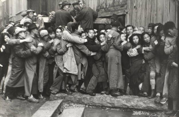 Multitud esperando delante de un banco para sacar el oro durante los últimos días de Kuomintang, Shanghái, China, diciembre 1948.  © Henri Cartier-Bresson/Magnum Photos, cortesía Fundación Henri Cartier-Bresson