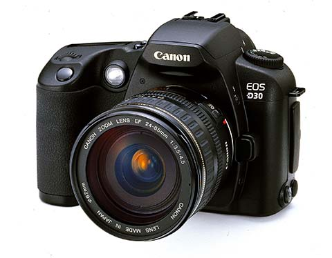 La Canon EOS D30, anunciada en julio de 2000, fue la primera cámara réflex digital de Canon