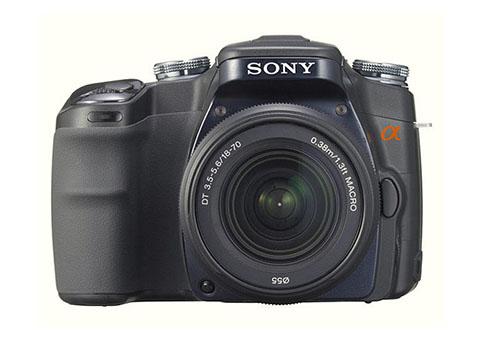 La Sony Alpha DSLR A100 fue la primera cámara réflex digital puesta a la venta por el fabricante Sony