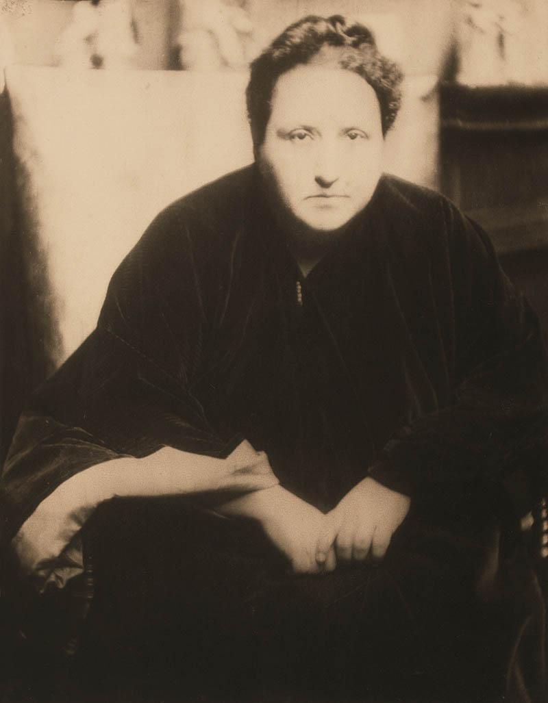 Gertrude Stein (1874–1946), 7 de mayo de 1913 Impresión a la goma-platino, 28,7 × 22,4 cm  Colección de la George Eastman House (legado de Alvin Langdon Coburn), Rochester, Nueva York (1967:0156:0016) © George Eastman House, International Museum of Photography and Film