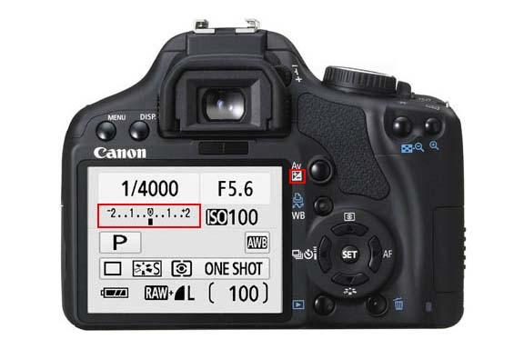 La mayoría de cámaras réflex disponen de un botón de compensación de la exposición